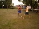молодежь занимается спортом на поляне летом пытаемся побоксировать