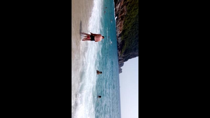 пляж Клеопатры,волны сбивают с ног,детей переворачивает вверх тормашкамисам два раза кувыркнулся