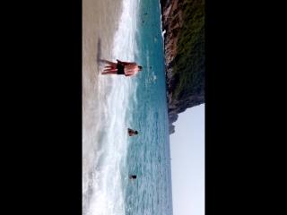 пляж Клеопатры,волны сбивают с ног,детей переворачивает вверх тормашками))))))сам два раза кувыркнулся