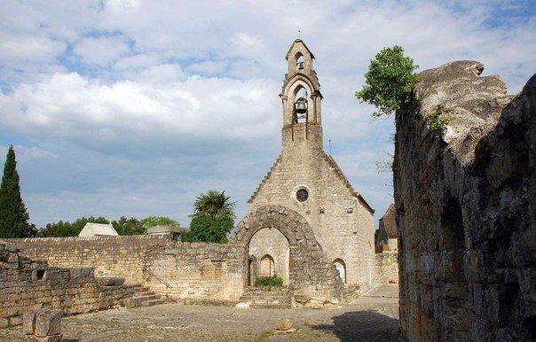 Рокамадур  деревня на уступах скалы. Франция