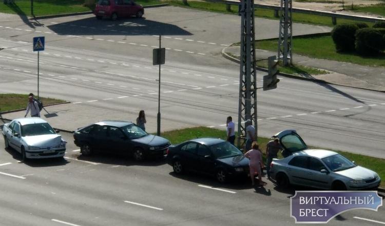 На ул. Московской у перекрёстка с Гаврилова столкнулись 4 автомобиля