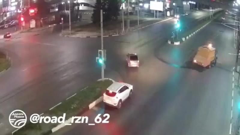 Repost @ road rzn 62 ・・・ 🚨 ДТП в Рязани Ловкий малый 🚔 Московское шоссе 📅 Дата 13 07 18 ДорогиРязани ryazan rznlife