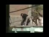 Безоружный житель Индии ловко выхватил с рук террориста автомат АК-47.