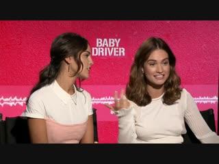 Лили Джеймс и Эйса Гонсалес для «FilmIsNow Movie Bloopers & Extras» в рамках промоушена фильма «Малыш на драйве»