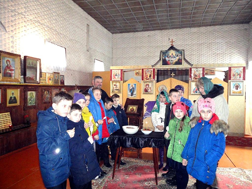 Протоиерей Димитрий Кривушин провел экскурсию по храму для учеников окормляемой школы