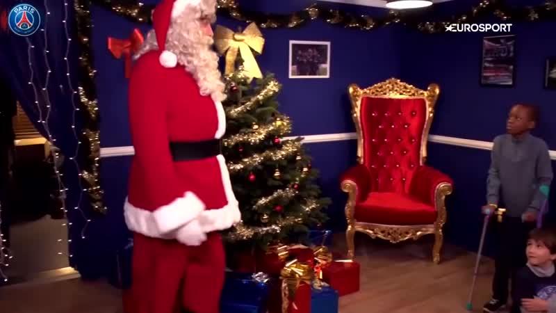 Игроки «ПСЖ» пришли к детям в новогодних свитерах, а Буффон приготовил особый костюм