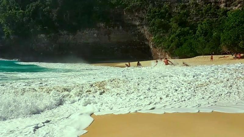 Океанский прибой Kelingking beach Nusa Penida