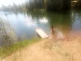 заставляю подругу прыгать воду