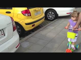 Девочка Эля знает все марки машин. Ей 2 года