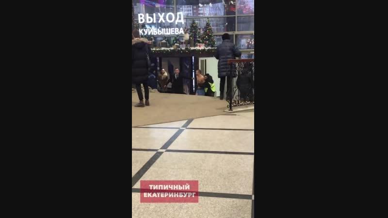 Парни пошли купаться в фонтане в Гринвиче Екатеринбург