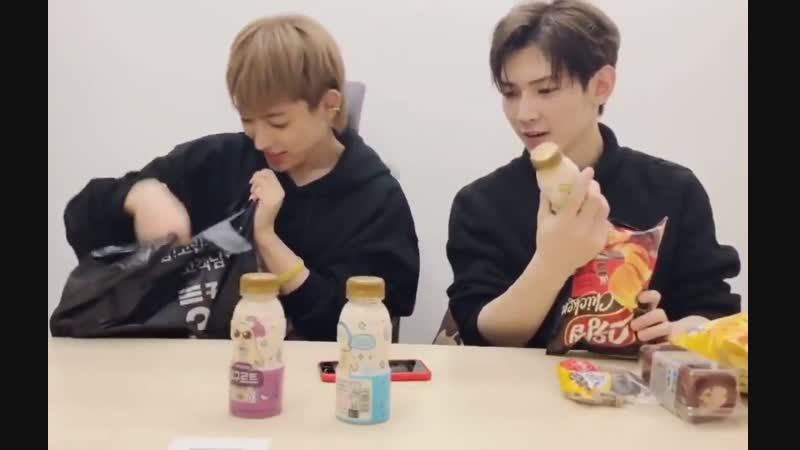 Мамочка Хонджун заботится о том что бы его детки хорошо кушали
