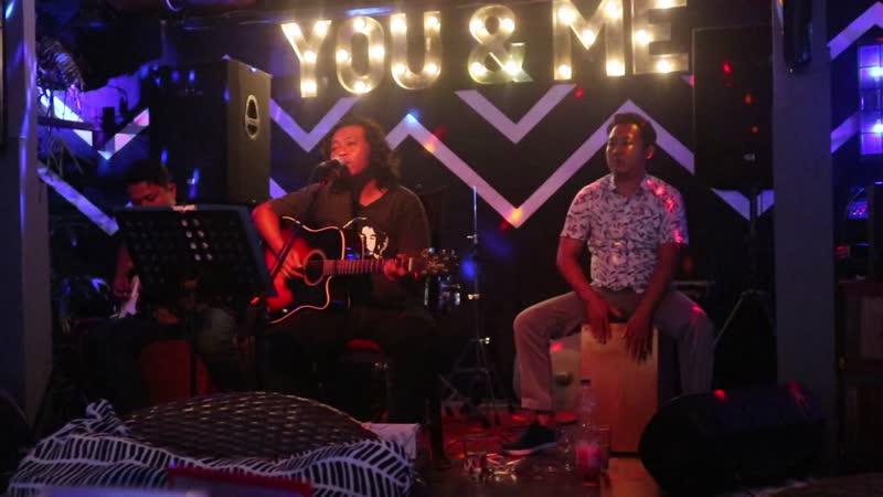 Индонезия остров Бали живая музыка от Ebby Friend в ресторане You Me в Чандидасе 2 августа 2018