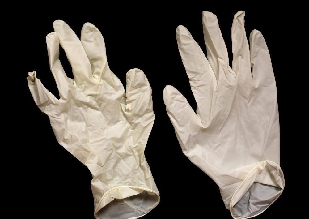 При работе с растворителями надевайте резиновые перчатки.