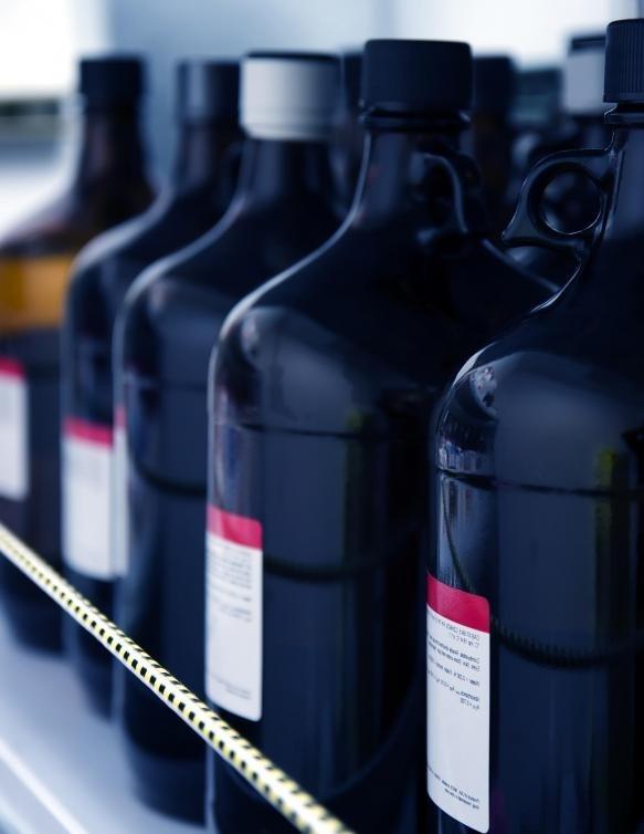 Для промышленных обезжиривающих растворителей используются высококонцентрированные, каустические и легковоспламеняющиеся химикаты.