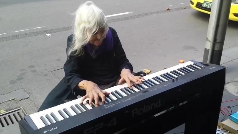 5 44 Когда эта бабуля села за пианино все смеялись Но когда она начала играть 21HD