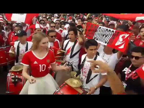 ¡Increíble! Periodistas Rusas bailaron con hinchas de la Blanquirroja EN BANDERAZO(140618)