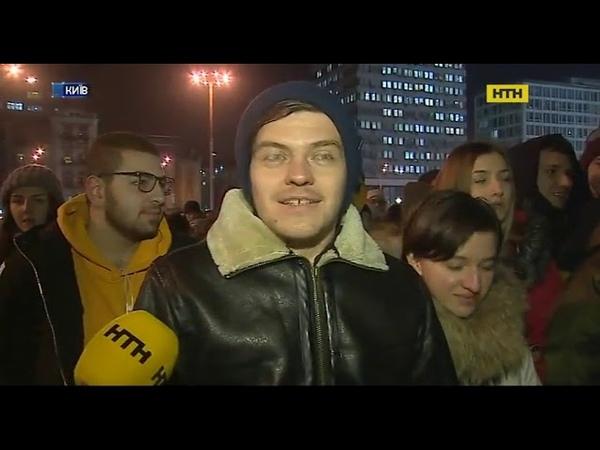 У Києві тисячі людей обмотують своє тіло жовтими стрічками
