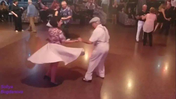 ВОЗРАСТ - ТАНЦУ НЕ ПОМЕХА! Красиво танцует не только молодёжь