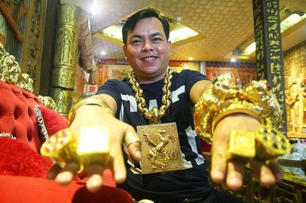 Бизнесмен постоянно таскает на себе 13 кг огромных золотых украшений на удачу 36-летний вьетнамский бизнесмен, Тран Нгок Фук, попал в заголовки местных газет, когда на YouTube появились видео,