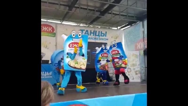 Mayonnaise dances under the techno