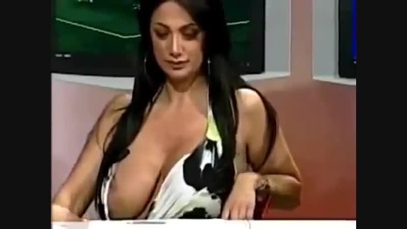 Ведущая случайно обнажила показала голую огромную грудь засвет большие сиськи соски певица выпала на ТВ сцене в прямом эфире HD