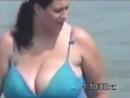 грудастая женщина на пляже