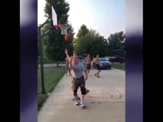Дед играет с внуком в баскетбол