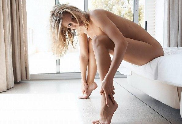 Hot blonde dancing and showing ass