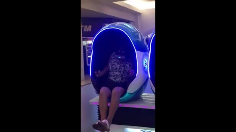 Woman Freaks out on Virtual Reality Machine 995684