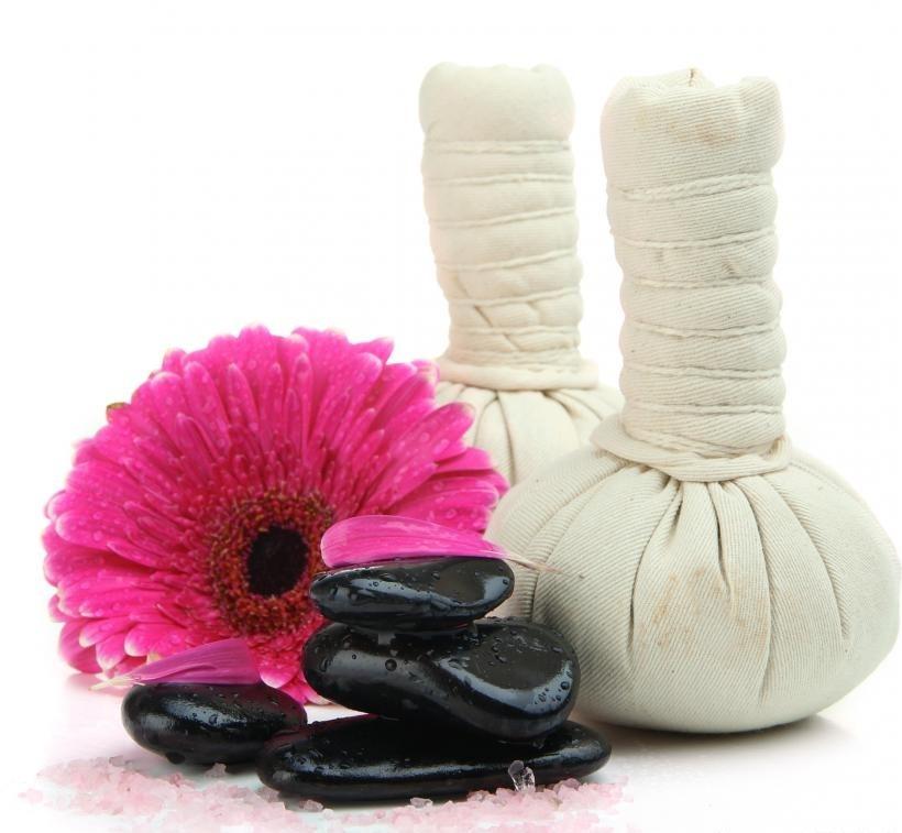 Некоторые спа-терапевты проходят курс лечения теплыми компрессами и обработкой камней.