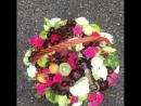 Корзина с фруктами, цветами и бутылкой