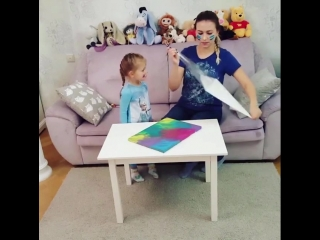мама и дочка разрисовывают портрет флип-флоп