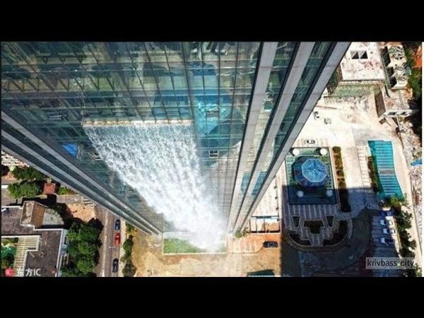 В Китае появился 100-метровый водопад на небоскребе