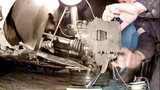 Замена тормозных колодок передних колёс на Шкоде Ети