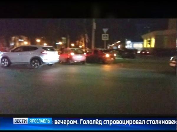 В центре Ярославля автомобиль вылетел с дороги и врезался в дерево