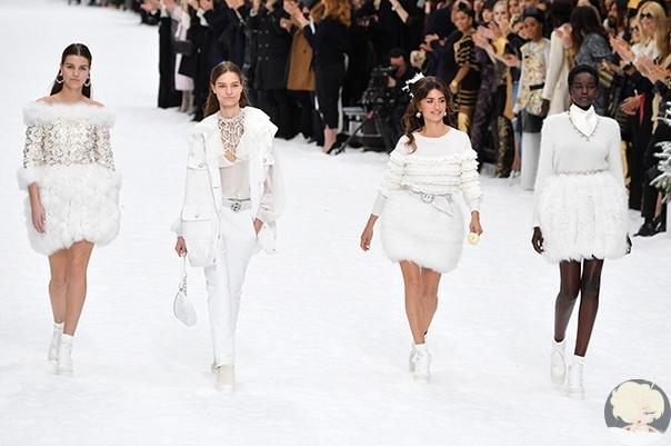 Пенелопа Крус дебютировала на подиуме на показе Chanel в память о Карле Лагерфельде Пару часов назад в Париже прошел, пожалуй, самый эмоциональный показ в рамках этой Недели моды звезды,