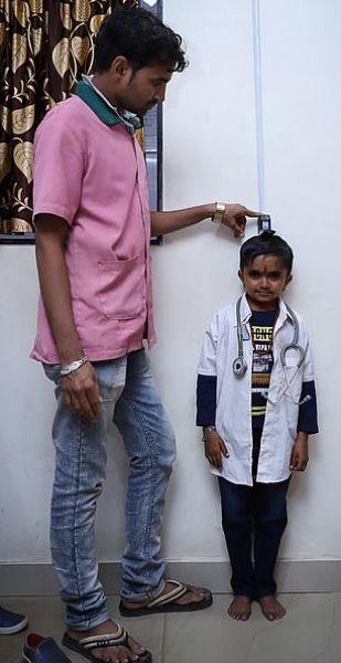 17-летний пацан ростом 93 см хочет стать самым маленьким врачом в мире Рост 17-летнего Ганеша Барайя из Индии составляет всего 93 см. Из-за карликовости парню приходится нелегко - его достают