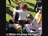 Маленькая девочка просто обожает обнимашки