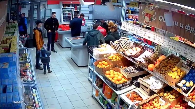 Швырялся корзинами обливал покупателей уралец утроил погром в магазине