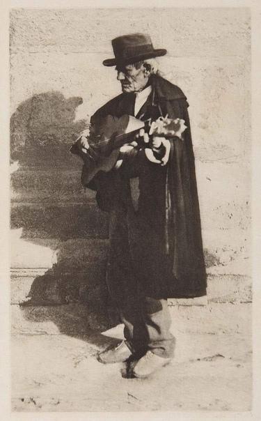 Джеймс Крейг Аннан (1864), почётный член Королевского фотографического общества. Большую часть изображений он создал при помощи процесса фотогравюры.
