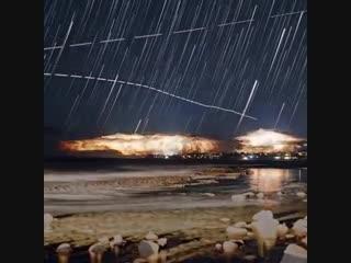 Разряды молний, огни самолетов, звезды и даже свечение биолюминисцентных водорослей.