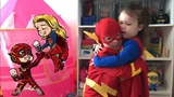 Дети танцуют в костюмах бэтмена,супергерл,флеша,черепашки-ниндзя,дарт вейдера,скелета,человек-паука