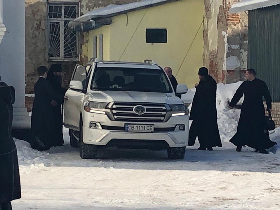 Ще раз повернемося до фото шикарного автомобіля, яким пересувається по ввіреній йому Москвою Ніжинській єпархії архієпископ Климент (Вечеря).