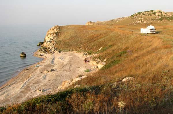 Караларский берег между курортами Золотое и Мама Русская, Азовское море, карманный пляж и автодом Калифорния Фольксваген Вестфалия