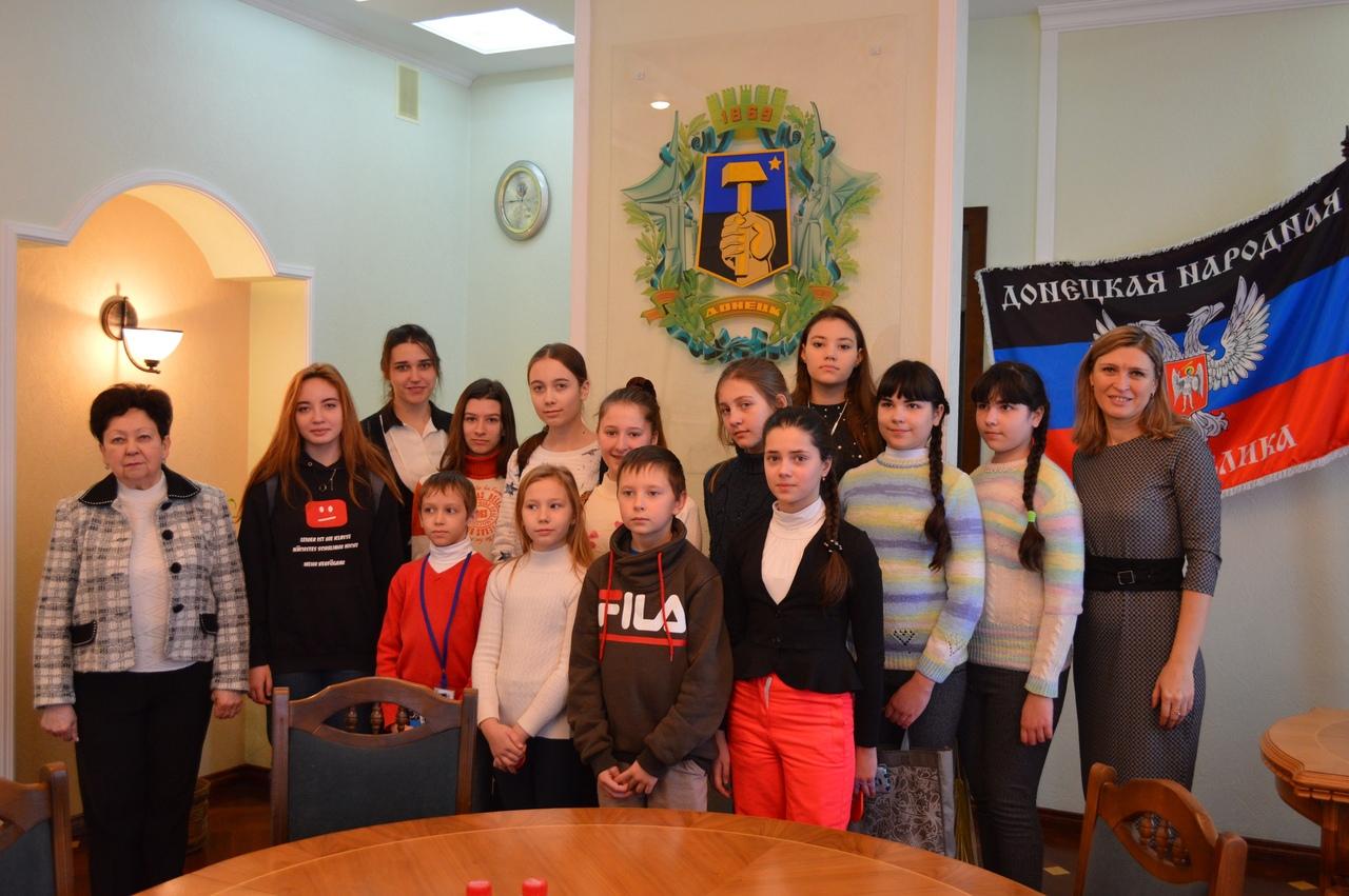 Юные экскурсоводы художественного музея «Арт-Донбасс» посетили Музей администрации города Донецка