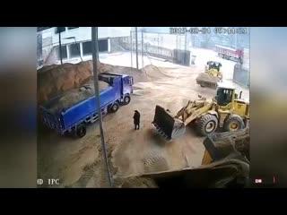 Водитель бульдозера чуть не засыпал песком человека