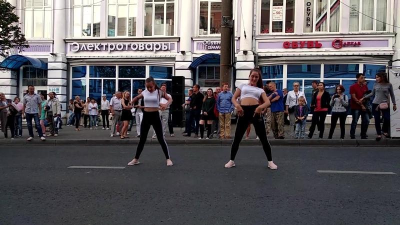 Зажигательный танец от Лены и Маши на Творческом бульваре на День города