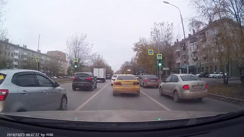 Машина без водителя атаковала автомобиль такси. Тюмень
