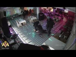 Бухой в ноль мужчина попытался взять под контроль ресторан на северо-западе столицы. Не вышло