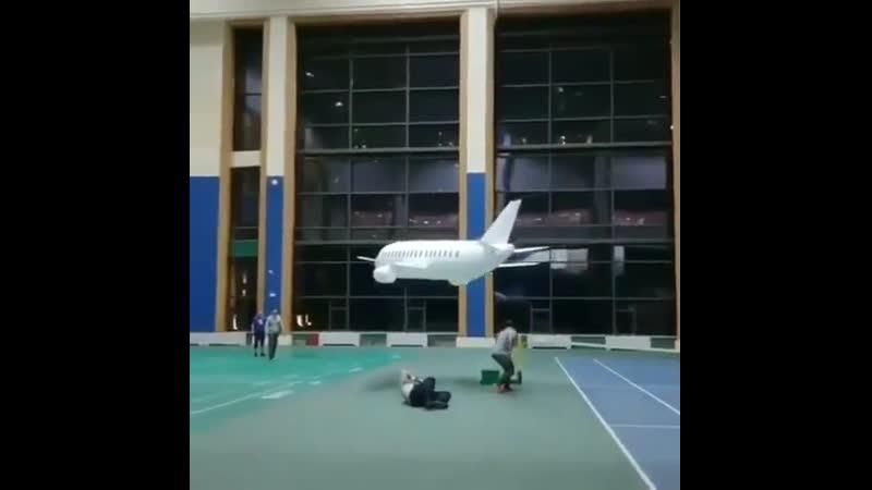 Гигантский бумажный самолетик